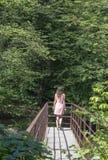 Meisje op de brug royalty-vrije stock afbeelding