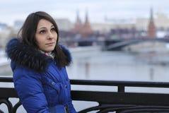 Meisje op de brug op de achtergrond van Moskou het Kremlin Stock Afbeelding