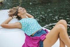 Meisje op de jachtzon in de zomer royalty-vrije stock afbeelding