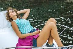 Meisje op de jachtzon in de zomer royalty-vrije stock fotografie