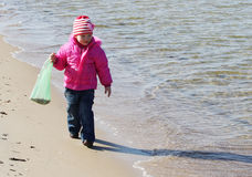 Meisje op de kust Stock Foto