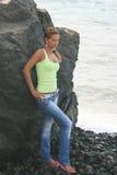 Meisje op de kust van de oceaan royalty-vrije stock afbeeldingen