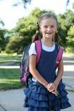 Meisje op de manier aan school. stock fotografie