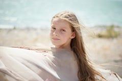Meisje op de oever van het meer Royalty-vrije Stock Afbeelding