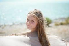 Meisje op de oever van het meer Stock Foto