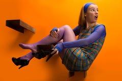 Meisje op de oranje achtergrond Royalty-vrije Stock Foto's