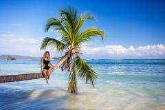 Meisje op de palm Stock Foto's