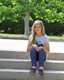Meisje op de parkstappen Royalty-vrije Stock Foto's