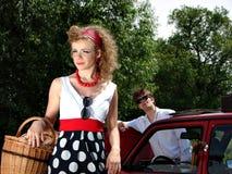 Meisje op de picknick met mand en wijn royalty-vrije stock afbeeldingen