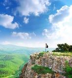 Meisje op de piek van berg Stock Afbeeldingen