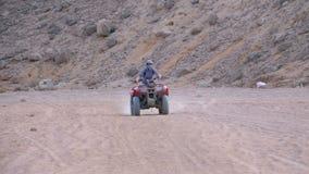 Meisje op de Ritten van een Vierlingfiets door de Woestijn van Egypte stock videobeelden