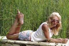 Meisje op de rivierpijler Stock Afbeelding