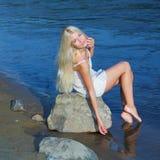 Meisje op de rots Stock Foto's