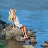 Meisje op de rots Royalty-vrije Stock Fotografie