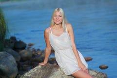 Meisje op de rots Stock Fotografie