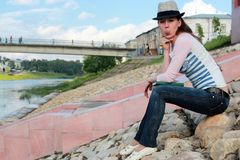 Meisje op de rotsrivier Royalty-vrije Stock Foto