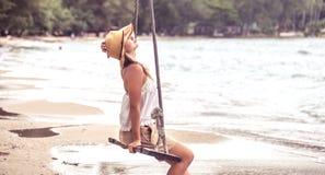 Meisje op de schommeling op het strand van Thailand Stock Afbeeldingen