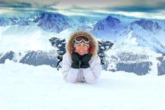 Meisje op de sneeuw in bergen Stock Afbeeldingen