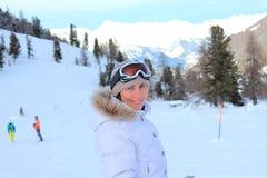 Meisje op de sneeuw in bergen Royalty-vrije Stock Foto's