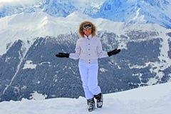 Meisje op de sneeuw in bergen Stock Fotografie