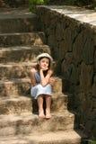 Meisje op de treden Stock Foto's