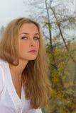 Meisje op een achtergrond van de herfst Royalty-vrije Stock Foto's