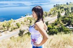 Meisje op een achtergrond van de rivier ukraine stock foto's