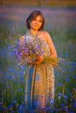 Meisje op een achtergrond van gebied royalty-vrije stock fotografie