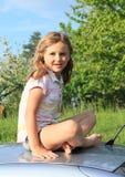 Meisje op een auto royalty-vrije stock fotografie