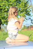 Meisje op een auto Stock Foto's