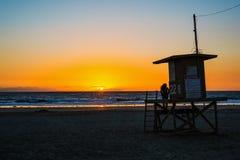 Meisje op een badmeestertoren in New Port Beach royalty-vrije stock afbeeldingen