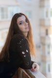 Meisje op een balkon Stock Foto's