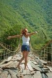 Meisje op een bergbrug Royalty-vrije Stock Fotografie