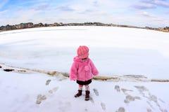 Meisje op een bevroren meer Royalty-vrije Stock Foto