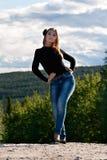 Meisje op een bosweg Stock Afbeelding