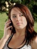 Meisje op een celtelefoon Stock Foto