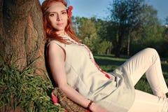 Meisje op een de lente zonnige middag voor een gang in het park Royalty-vrije Stock Foto