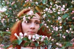 Meisje op een de lente zonnige middag voor een gang in het park Royalty-vrije Stock Fotografie