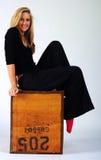 Meisje op een doos Stock Foto