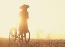 Meisje op een fiets Stock Afbeeldingen