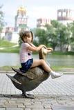 Meisje op een gang in het park Royalty-vrije Stock Afbeeldingen