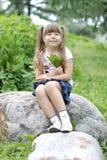 Meisje op een gang in het park Stock Foto