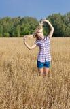 Meisje op een gebied Stock Foto's