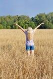 Meisje op een gebied Stock Fotografie