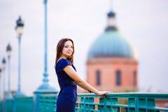 Meisje op een gezichtsachtergrond Royalty-vrije Stock Fotografie