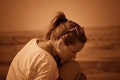 Meisje op een heuvel in de woestijn Gewone mensen Effect - Sepia Royalty-vrije Stock Foto's