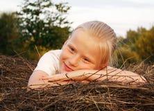 Meisje op een hooiberg Stock Foto