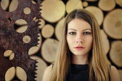 Meisje op een houten achtergrond stock afbeelding