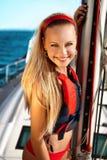 Meisje op een jacht stock afbeelding