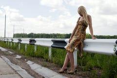 Meisje op een kant van de weg. royalty-vrije stock afbeelding